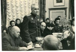 Фото_Михоэлс С.М. на выступлении генерал-лейтенанта артиллерии Благонравова А.А. 1947 г.