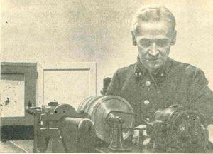 Фото_А.А. Благонравов наблюдает за прохождением эксперимента на велосеметрической установке. 1940 г.