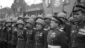 Фото_Генерал-лейтенант Н.П. Каманин в строю участников Парада Победы на Красной площади