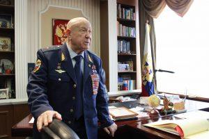 Алексей Леонов в кабинете
