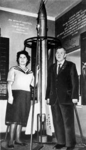 Фото_М.К Тихонравов с женой у макета ракеты «09»